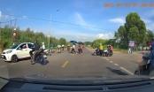 Sang đường thiếu quan sát, người điều khiển xe máy xuýt chút nữa bị xe ô tô tông