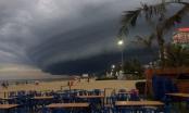 Du khách hoang mang khi đám mây giống hình siêu bão xuất hiện ở biển Sầm Sơn