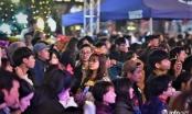 Hàng vạn người đi chơi Noel sớm, phố phường Hà Nội tắc cứng lúc nửa đêm