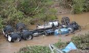 Quảng Ninh: Hai container lao xuống vực sâu, chìm nghỉm trong nước