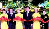 Người dân vây Tân Bí thư Đinh La Thăng trên đường hoa Nguyễn Huệ
