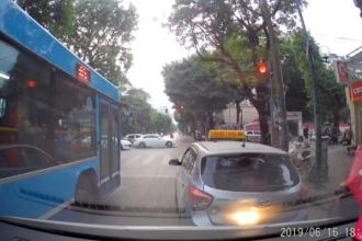 Clip: Taxi dừng đèn đỏ không nhường đường cho xe ưu tiên