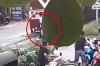 [Clip]: Người phụ nữ nhanh trí cứu người đàn ông thoát chết trong gang tấc