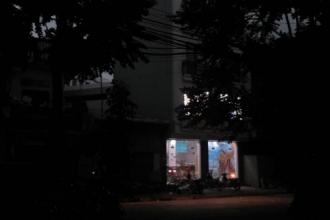 Bất ngờ: Đầu giờ chiều bầu trời Hà Nội tối sầm lại, các phương tiện tham giao thông phải bật đèn chiếu sáng