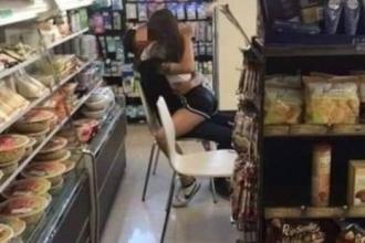 """Cặp đôi thản nhiên """"diễn cảnh nóng"""" giữa cửa hàng tiện lợi"""