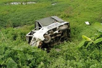 """Nam Định: Xe tải """"bẹp dúm, nằm phơi bụng"""" sau va chạm với tàu hỏa"""