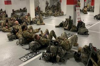 Hình ảnh hàng nghìn vệ binh quốc gia Mỹ phải ngủ ở nhà xe sau lễ nhậm chức