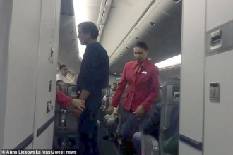 Máy bay Nga hạ cánh khẩn cấp vì hành khách đòi mở cửa ở độ cao 10.000m