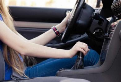 Khi ô tô dừng đèn đỏ, nên về số nào để tiết kiệm nhiên liệu?