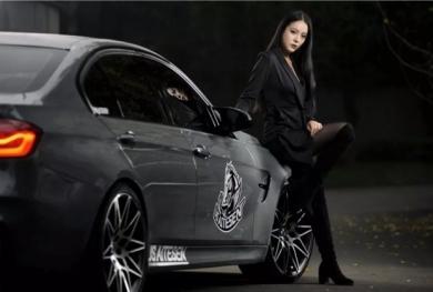 Mỹ nữ áo đen lạnh lùng khoe dáng bên xế độ BMW