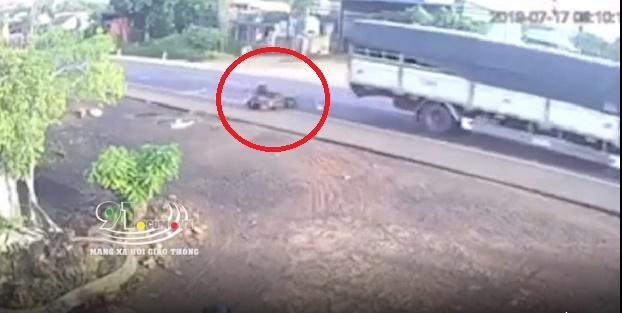 Clip: Người đàn ông tử vong khi va chạm với xe tải