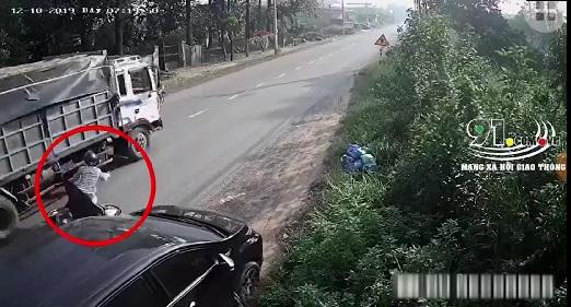 Mở cửa ô tô thiếu quan sát, hai người suýt mất mạng