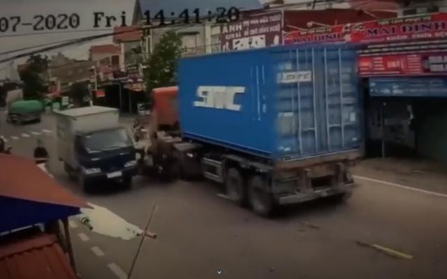 Thót tim clip 2 thanh bị kẹp giữa container và xe tải