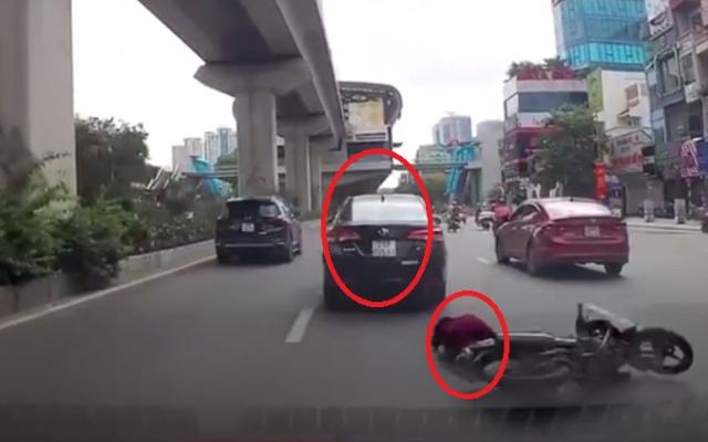 Clip ghi lại cảnh xế hộp vượt ẩu khiến người phụ nữ ngã xấp mặt xuống đường rồi bỏ chạy
