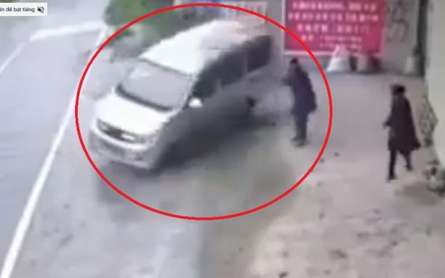 """Video: Hoảng hồn với cảnh xe ô tô """"nhảy xoay vòng"""" trước khi lao vào nhà khiến nhiều người phát hoảng"""