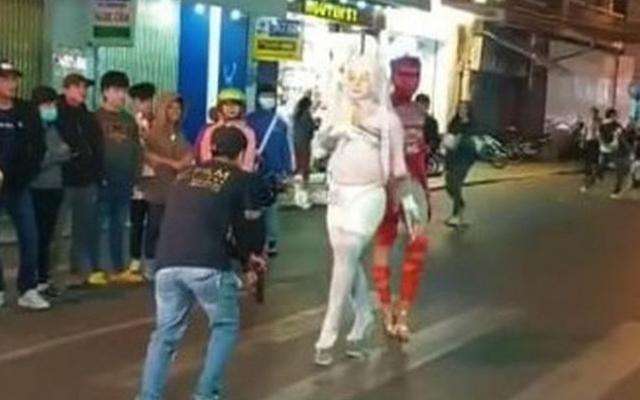 Clip: Những trò lố lăng, phản cảm ở khu phố đi bộ TP Đà Lạt