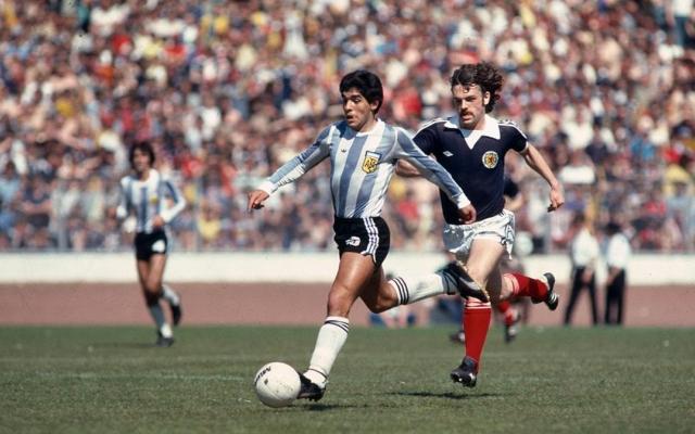 """[Clip]: Nhìn lại bàn thắng được mệnh danh là """"bàn tay của Chúa"""" của huyền thoại Maradona"""