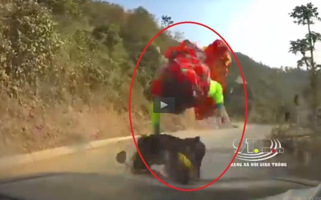 Video: Kinh hoàng cảnh xe máy đấu đầu ô tô khiến cháu bé bay lên không chung
