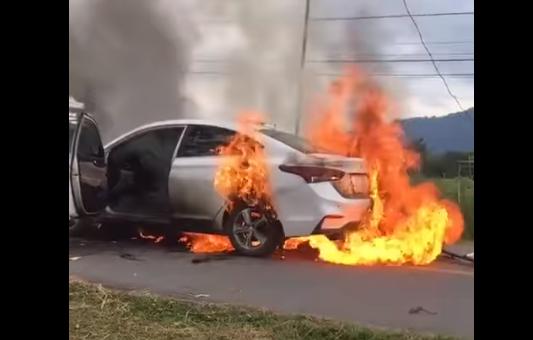 Video: Xế hộp bốc cháy nghi ngút giữa đường, chủ xe liều mình lao vào lấy tài sản