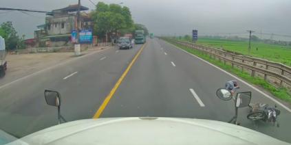 Video: Kinh hoàng cảnh người đàn ông đi xe máy bị container đâm trực diện nằm bất tỉnh