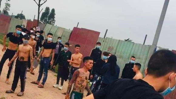 """Video: Nhóm thanh niên xăm trổ bị hàng chục người dân tấn công bằng """"vũ khí bốc mùi"""""""