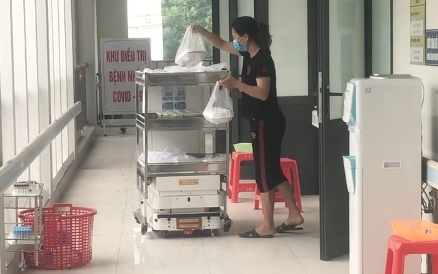 Xem Robot đi đưa cơm cho bệnh nhân Covid-19 ở Bắc Giang