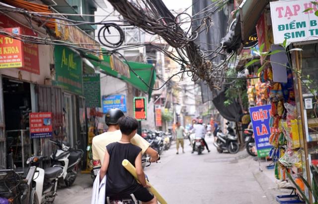 Dây cáp chằng chịt ngõ phố Hà Nội, tiềm ẩn nguy cơ mất an toàn