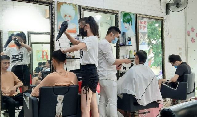 Chùm ảnh: Người dân Thủ đô xếp hàng chờ cắt tóc sau đợt giãn cách