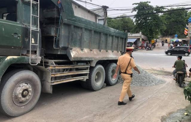 Xe ben mang biển đỏ giả, đổ đá chắn đường khi bị CSGT truy đuổi