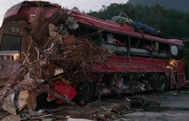 Hiện trường vụ tai nạn thảm khốc tại Hòa Bình làm 34 người thương vong