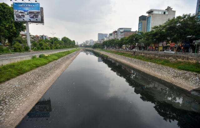 Sông Tô Lịch đổi màu đen kịt sau những ngày trong xanh