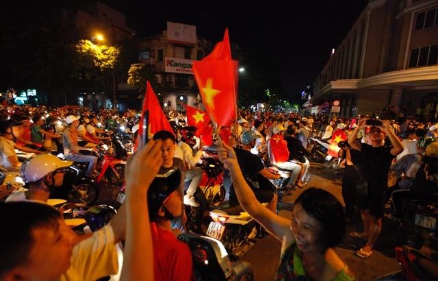 Hình ảnh hàng ngàn cổ động viên xuống phố 'đi bão' sau chiến thắng của đội tuyển Việt Nam