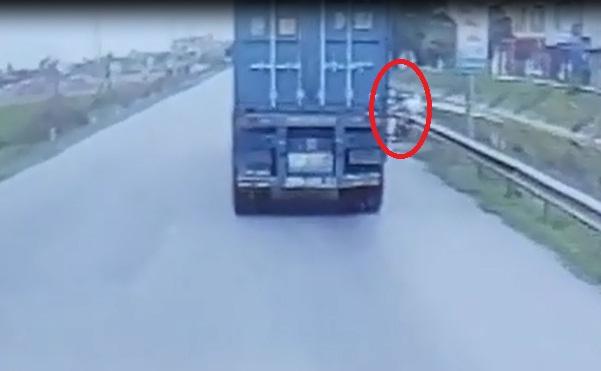 """[Clip]: Vượt xe container bất cẩn, người đàn ông suýt """"trả giá đắt"""""""