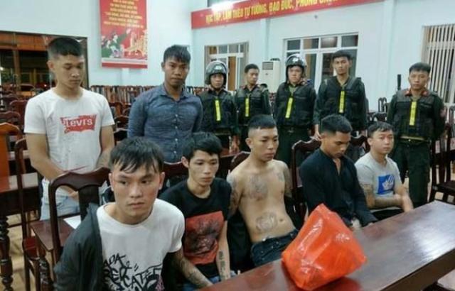 [Clip]: Hàng chục thanh niên cầm hung khí hỗn chiến ở Đắk Lắk khiến người dân hoảng sợ