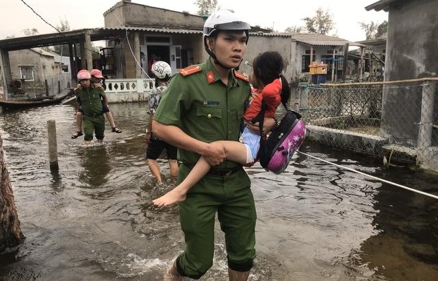 Thừa Thiên Huế cảnh báo người dân không ra khỏi nhà do mức độ nguy hiểm của bão số 9