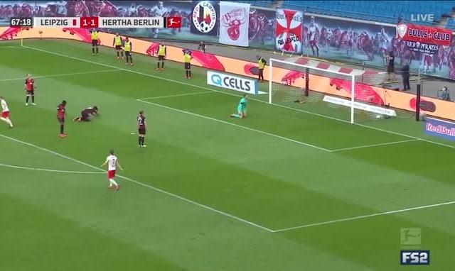 Clip: Sai lầm ngớ ngẩn của thủ môn Hertha Berlin trong trận hòa 2-2 trước RB Leipzig