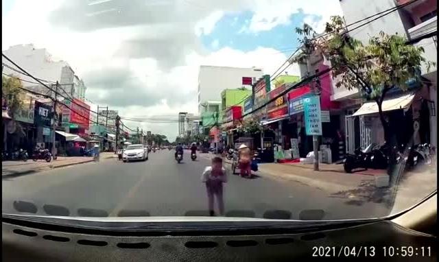 [Video]: Cúi đầu cảm ơn khi được nhường đường, hành động của cậu bé khiến nhiều người tán thưởng