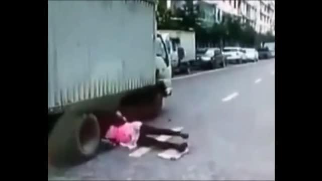 """Video: Pha đạp phanh """"cháy lốp"""" cứu sống người phụ nữ bất cẩn thoát khỏi """"tử thần"""""""