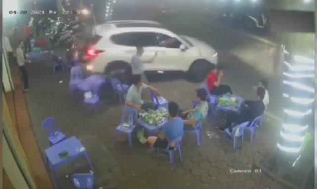 Video: Thực khách hoảng hồn, bức xúc với tài xế lùi xe húc vào quán nhậu rồi bỏ chạy