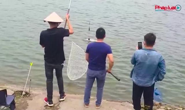 """Hà Nội: Tự xưng người """"nhà hồ"""" thu phí câu cá trái phép tại hồ Định Công"""