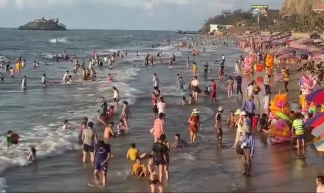 Hàng nghìn du khách chen chúc nhau tắm biển Vũng Tàu sáng 1/5