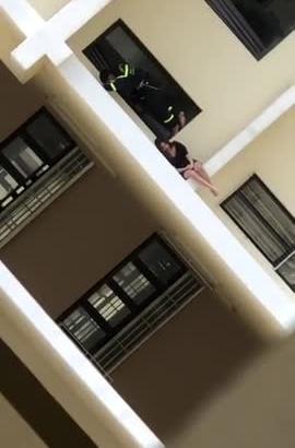 Video: Lặng người chứng kiến lính cứu hoả giải cứu cô gái ngồi vắt vẻo ở lan can tầng 18