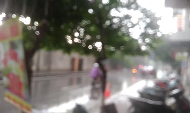 """Clip: Mưa lớn đã """"giải nhiệt"""" cho Hà Nội sau đợt nắng nóng"""