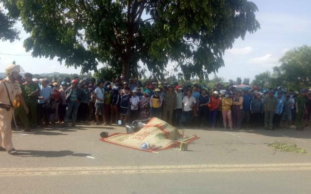 Xe tải chạy tốc độ cao tông xe máy, một người đàn ông thiệt mạng