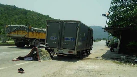 Tông vào đuôi xe tải đỗ bên đường, người đàn ông tử vong giữa trời nắng nóng