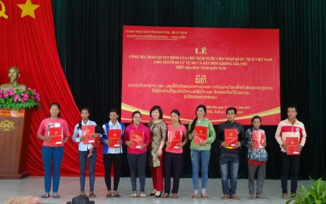 Bộ Tư pháp trao quyết định nhập quốc tịch Việt Nam cho 38 người Lào
