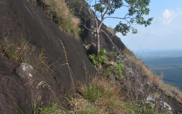 Bàng hoàng phát hiện thi thể người đàn ông trên vách đá