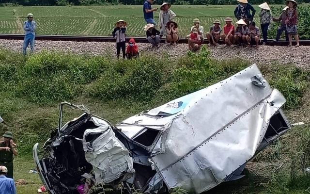 Xe tải nát bét, tài xế nguy kịch sau cú va chạm kinh hoàng với tàu hỏa