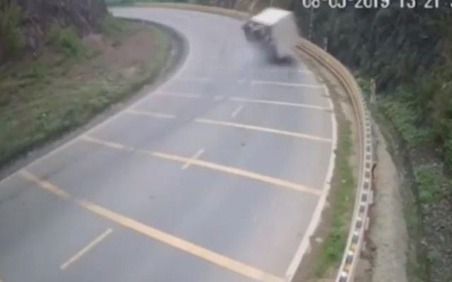 Xe tải phóng nhanh bị lật khi vào cua