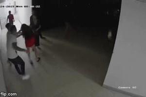 Phẫn nộ với clip nhóm người lao vào hành hung 1 phụ nữ tại chung cư Thanh Hà